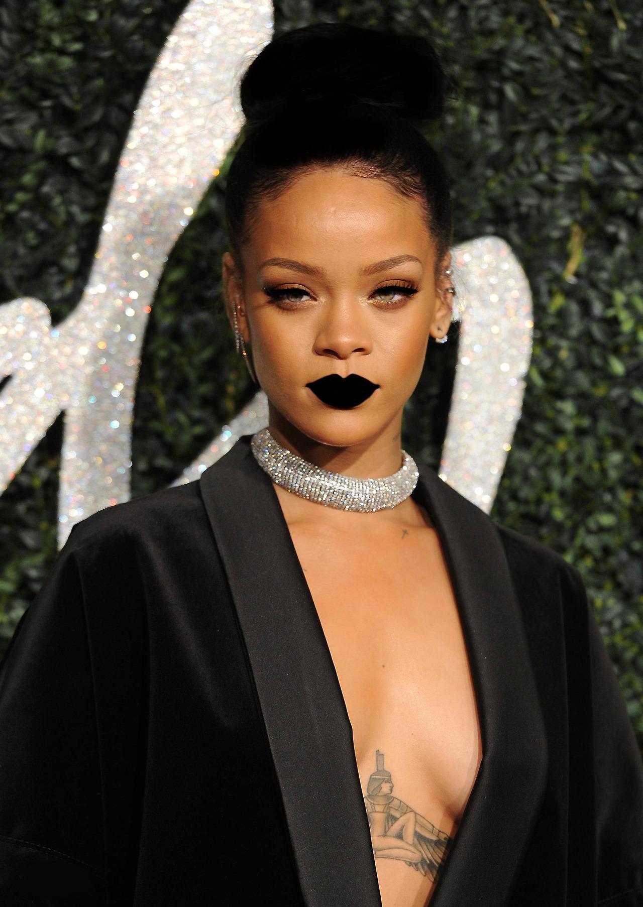 Rihanna - black lipstick - Moi Ostrov
