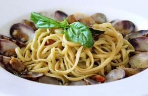 Лингвини с моллюсками, свежим базиликом и соусом песто