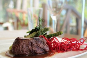 Турнедо из говяжьей вырезки в соусе Марсала с чесноком, шпинатом, аспарагусом и грибами портобелло